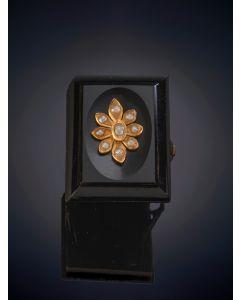 1-SORTIJA ANTIGUA CON PLACA DE ONIX Y FLOR DE PERLITAS, Sobre una montura de oro amarillo de 18k.