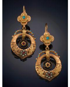 3-DELICADOS PENDIENTES ISABELINOS DECORADOS POR ONIX, PERLITAS Y TURQUESAS sobre una montura de oro amarillo de 18k.