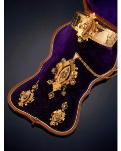 7-ELEGANTE ADEREZO ANTIGUO ISABELINO DE DIAMANTES formado por pulsera, broche-colgante y pendientes. Sobre una montura de oro amarillo de 18k.