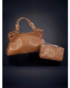 750-CARTIER MODELO MARCELO. Bolso de mano a juego con cartera en cuero marrón con el logo en el centro martillado.