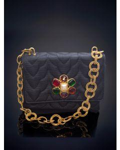 755-CHANEL bolso de noche de seda negra con una flor de piedras de colores en el centro y cadena de doble calabrote gallonado en dorado.