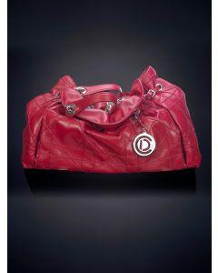 758-DIOR Bolso en piel roja bordada en líneas rectas. Asas en piel y cadena metálica. Llavero con las iniciales de la firma.