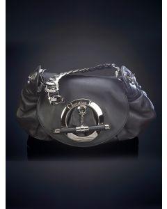 760-DIOR Bolso en piel de color negro con original cierre circular con el nombre de la firma grabado en el borde.