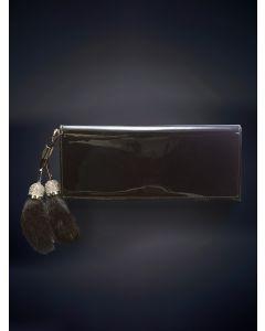 761-GUCCI Cartera de mano en charol negro del que pende un llavero de piel y pedrería.