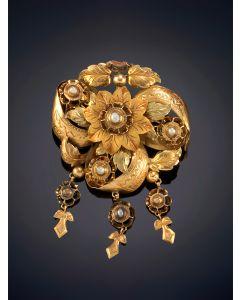 9-DELICADO BROCHE ISABELINO CON DIAMANTES, sobre una montura cincelada en oro amarillo de 18k.
