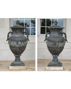 506-Pareja de copas con tapa en hierro fundido. estilo antiguo. C. 1900. Remates de piña. Con decoración de palmetas y hojas de parra.