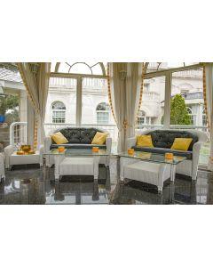 504-Conjunto de jardín en mimbre pintado en blanco formado por: pareja de sofás. dos mesitas de centro y una mesita auxiliar (una tapa de cristal con piqu