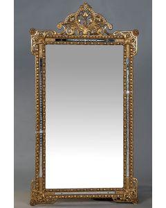 2004-Espejo rectangular estilo Rococó en madera tallada y dorada con importante copete calado de elementos vegetales y filo en cristal dorado.
