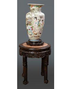 355-Lote formado por: jarrón en porcelana china con decoración esmaltada de gheisas en paisaje, sobre base en madera tallada, y mesita-peana en madera tallada con faldón calado y tapa de mármol veteado.