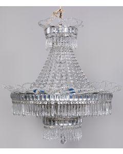 351-Lámpara de techo en cristal moldeado y tallado con decoración de cuentas, prismas y flores.