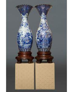 472-Gran pareja de jarrones japoneses de bocas rizadas, c. 1900.