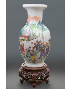 361-Jarrón chino en porcelana, finales s. XIX. Escena de cabalgata de dignatario en paisaje. Sobre peana en madera tallada.